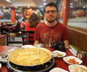 Mangiando Budaegigae in un ristorante di Seoul