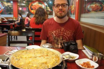 vincenzo-eating-Budaejjigae