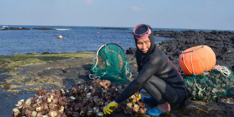 Haenyeo Lee con i frutti di mare raccolti