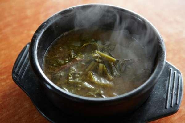 Siraegiguk zuppa di foglie di rafano