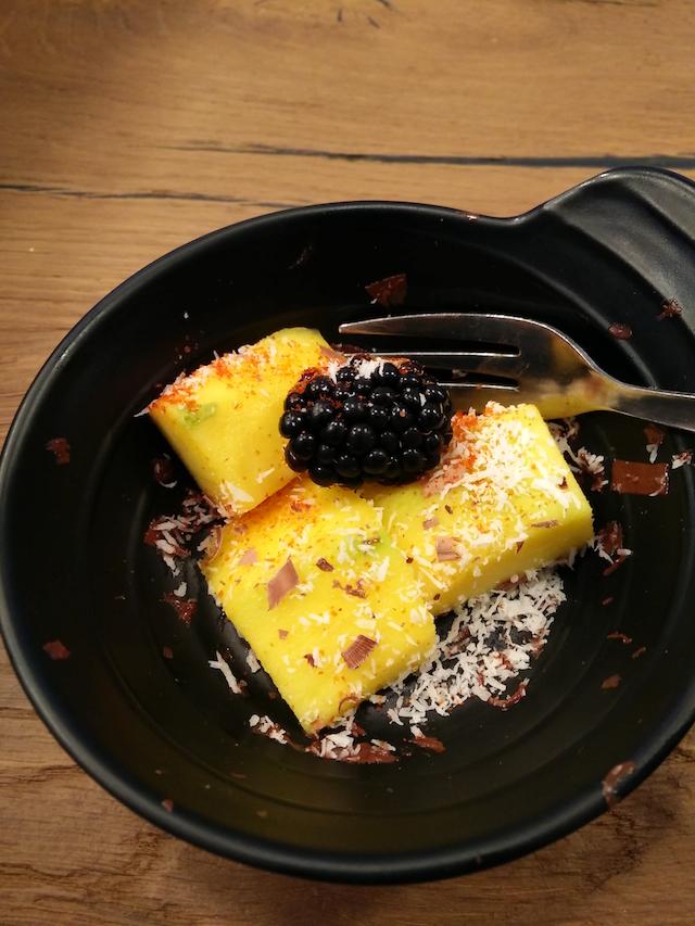 dessert manco, cocco e gochujang essiccato